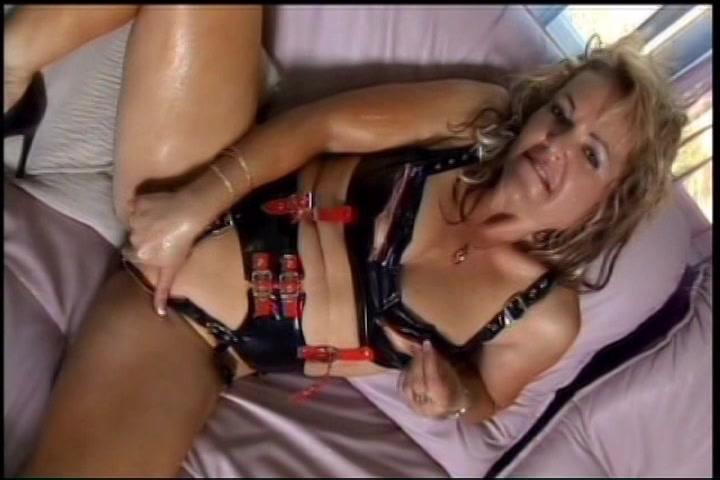 Milf in latex lingerie mastubeerd tot ze een orgasme krijgt