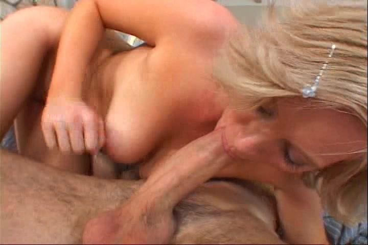 opgewonden blonde moeder werd porna beroemdheid uit haar liefde voor sex