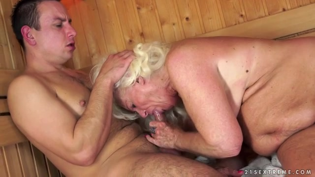In de sauna beft de jongeman de oma laat hij zich pijpen en neukt haar