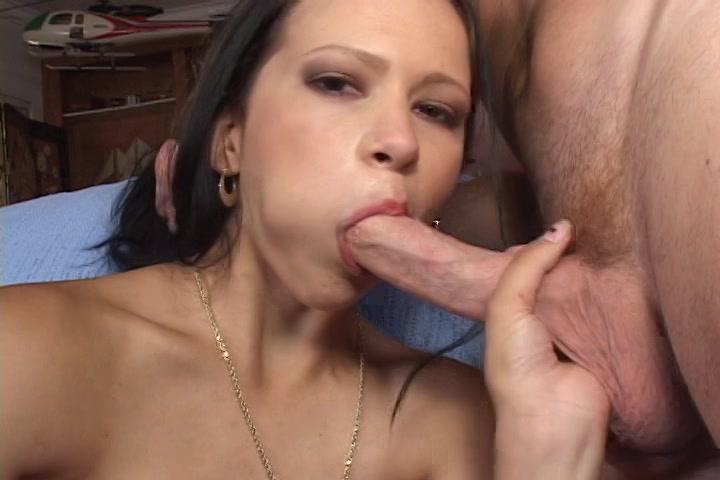 De oudere man vingert en masturbeert het meisje laat haar pijpen en neukt haar