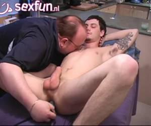 Homo krijgt anus massage met dildo