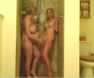 Voor de webcam onder de douche met haar zwangere vriendin