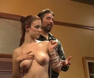Niet alleen pijpt het meisje zijn stijve lul maar likt ook zijn anus