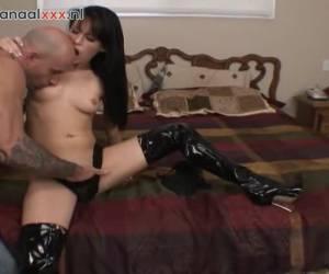 In sexy lingerie met latex laarzen aan geilt ze hem op