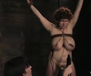 Mega vibo op haar clit en zijn vuist in haar kut