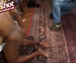 Vriendin betrapt haar vriend tijdens sex met een geile shemale.