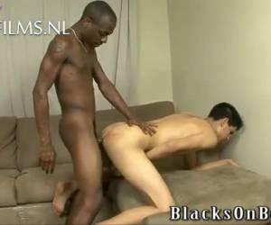 Blanke gay jongen krijgt zijn eerste zwarte lul