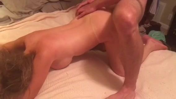Zijn man filmt hoe hij het meisje sekst