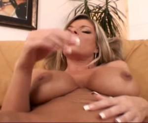 Geile milf in sexy lingerie met grote borsten masturbeert tot een orgasme