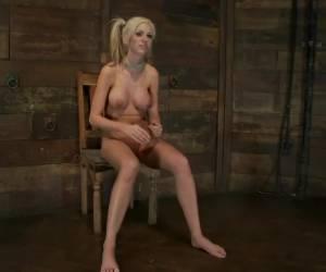 Kortharig blondje in al haar gaatjes geneukt