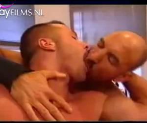 Stoere jongens die kussen als meisjes