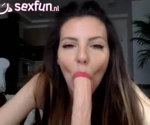 Sexy webcam babe geeft dildo een deepthroat blowjob