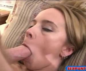 De oude lul spuit met stralen haar gezicht vol sperma
