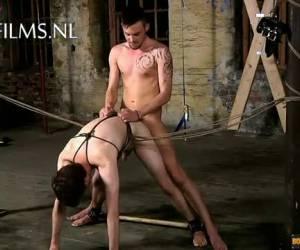 Vastgebonden slaafje hard anaal geneukt door zijn Meester