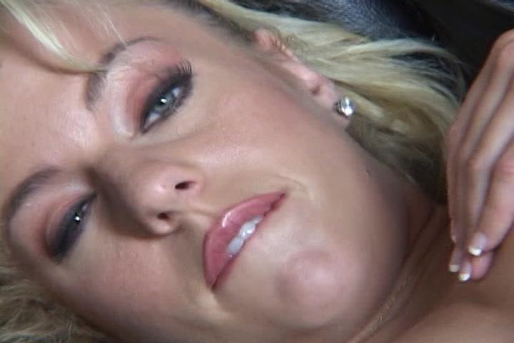 Kijkend in de filmcamera mastubeerd ze haar kale gleuf