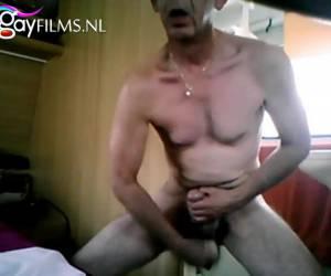 Ouwe homo neukt zijn aars met levensechte dildo