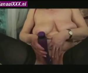 Oma speelt met haar oude kut