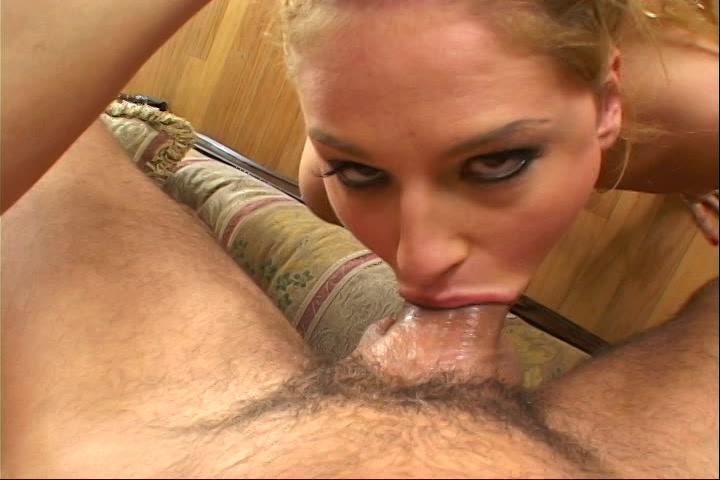 Zijn stijve pik word gepijpt neukt haar keel en spuit de zaad in haar tater