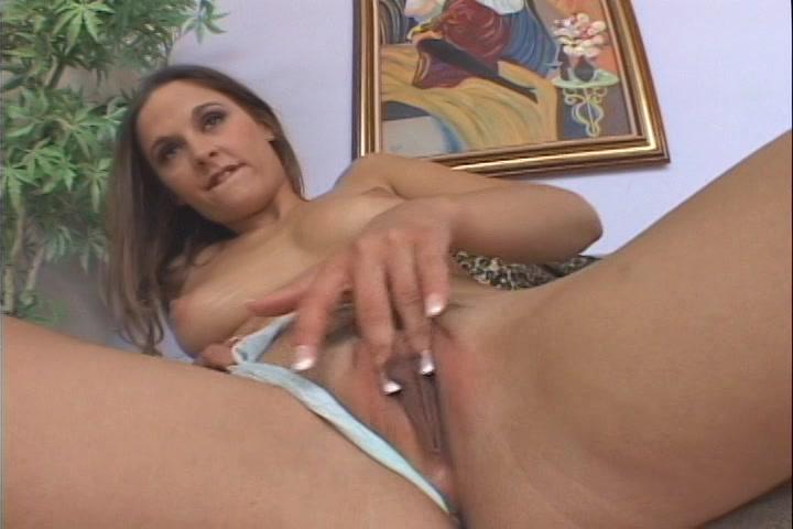 hitsig deerntje duwt haar slipje opzij en mastubeerd totdat ze een orgasme ontvangst