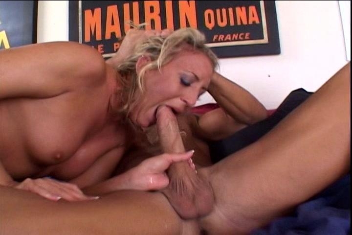De flinke penis laat haar kokhalzen als hij haar keel sekst