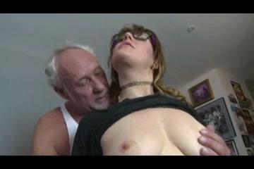 Opa beft het buurmeisje laat haar afzuigen en naait haar