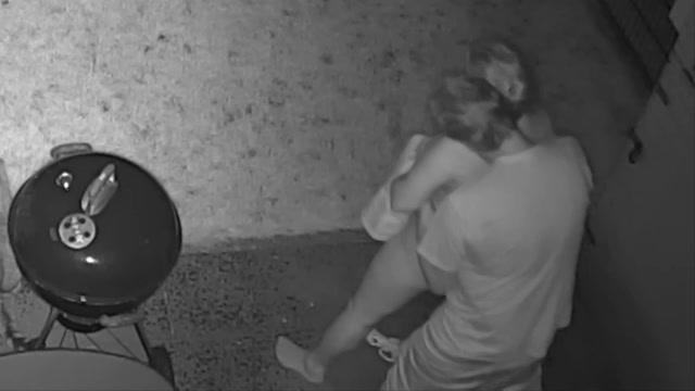 Gefilmd door de bewaking camera sekst hij zijn vrouw