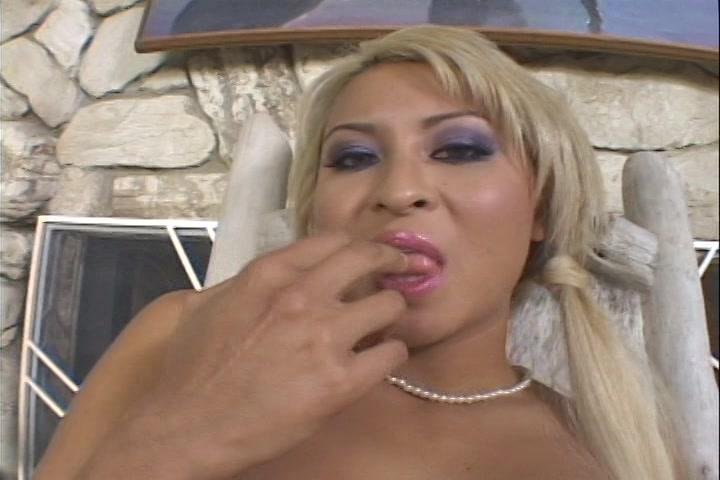Na het orgasme likt ze haar vingers