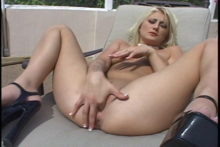 Ze stopt de vinger in de kutje die net een orgasme heeft gehad