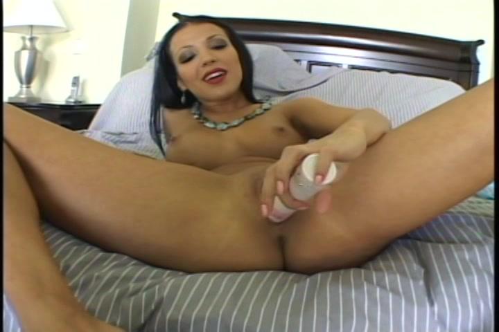 Met de sexspeeltje mastubeerd ze haar vagina en poepgat en ontvangst een orgasme