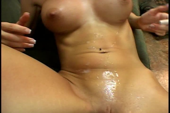 sperma spuit over haar platte buik en venusheuvel