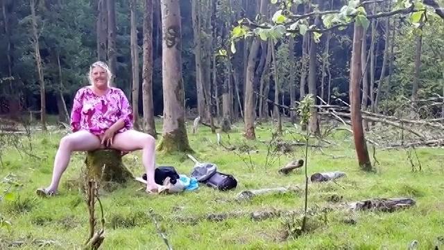 Mastuberend met de dildo in het oerwoud word ze onder gepist en zuigt ze de stijve penis