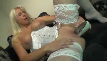 verhit blondine in sexy lingerie mastubeerd met een hoge hak schoen