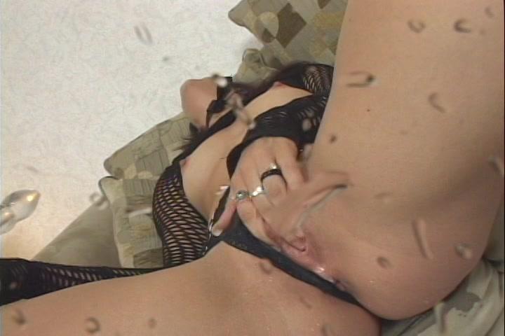 Liggend in wellustig lingerie en met latex laarzen aan ontvangst ze een spuitend orgasme