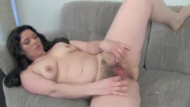 Jonge geile huisvrouw openbaart haar behaarde vagina