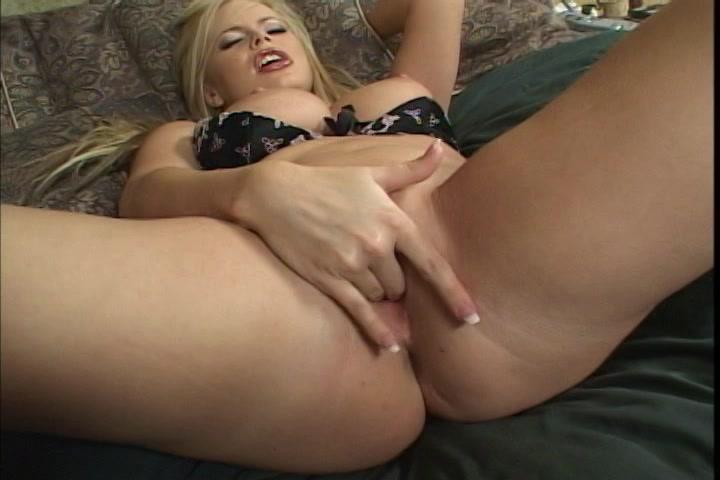 zalige rondborstige blondine in sensueel onderkleding mastubeerd totdat een orgasme