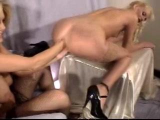 Langzaam propt ze twee vuisten in de anus van haar lesbis vriendin