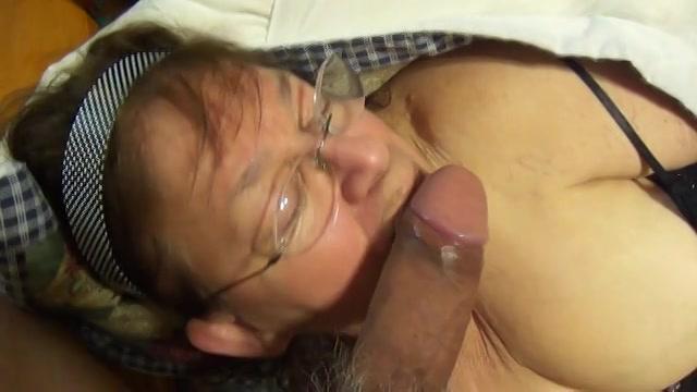 Mastuberend met de dildo pijpt de mollige grootma de zware lul die in haar muil klaar komt