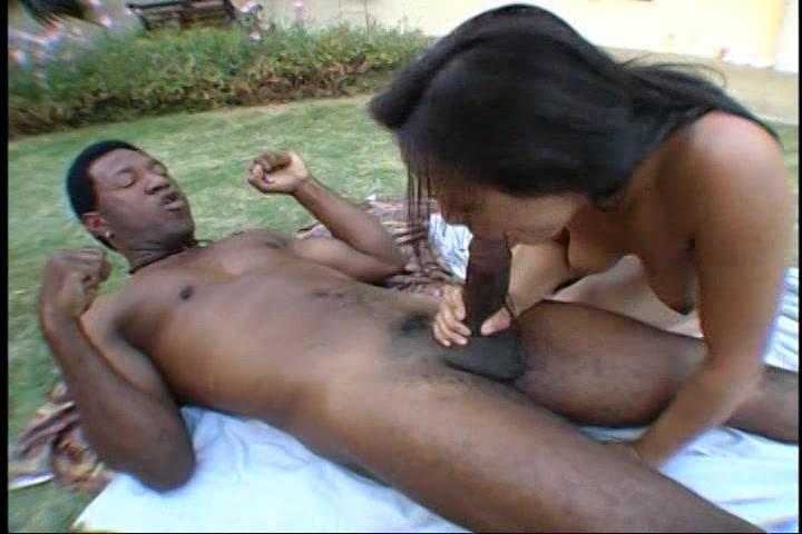 Na de striptease pijpt ze de zwarte jongeheer terwijl hij haar beft