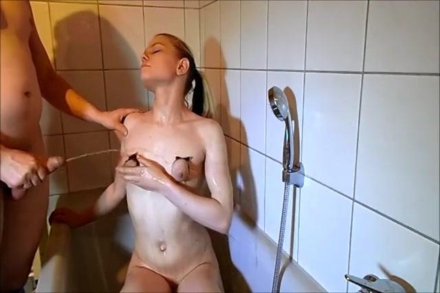 Haar afgebonden tepeltjes worden onder geplast en vol cum gespoten