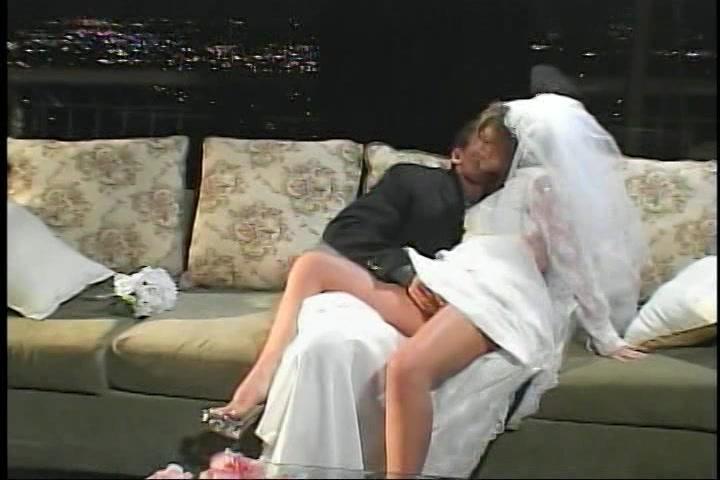 In haar huwelijks nacht gefuckt in haar kut en aarsopening