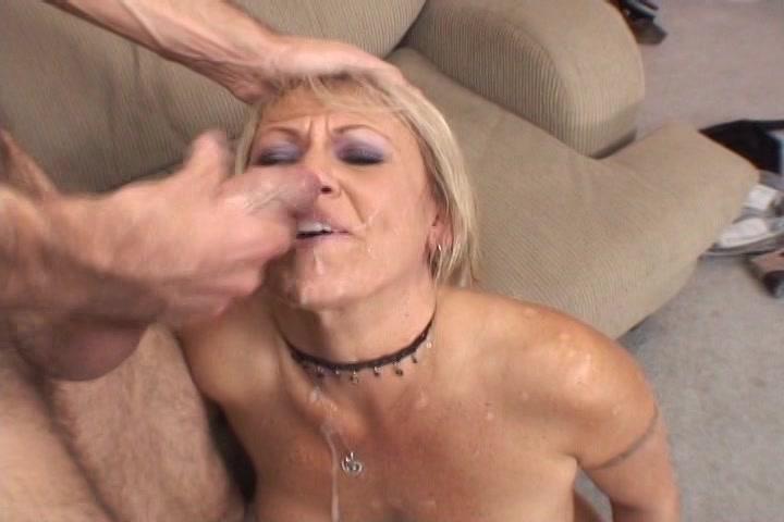 Blonde mama zuigt die big beautiful woman jongeheer volstrekt leeg