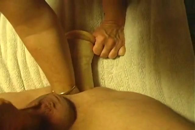 Ze geeft haar minnaar een dubbel penetratie met een sextoy en een vuist in zijn kontgaatje