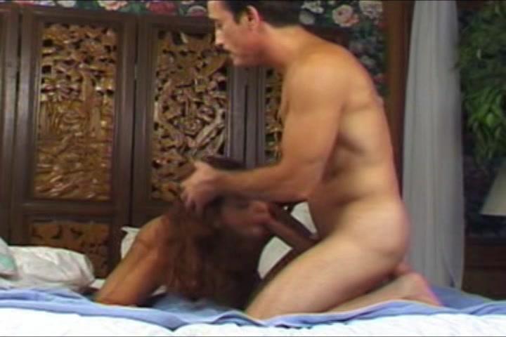 Na het blazen en sexen trekt ze de rijpe baas met 2 handen af