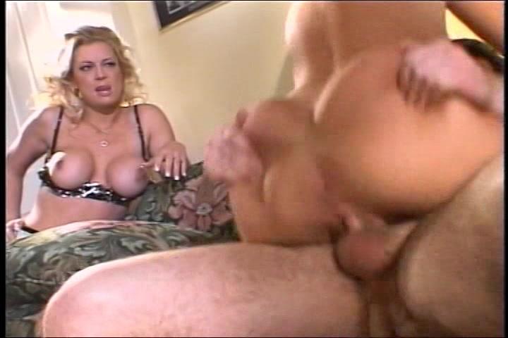 Haar milf kijkt toe hoe haar dochter geketst word