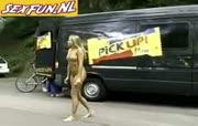 Blonde hoer loopt bloot op straat